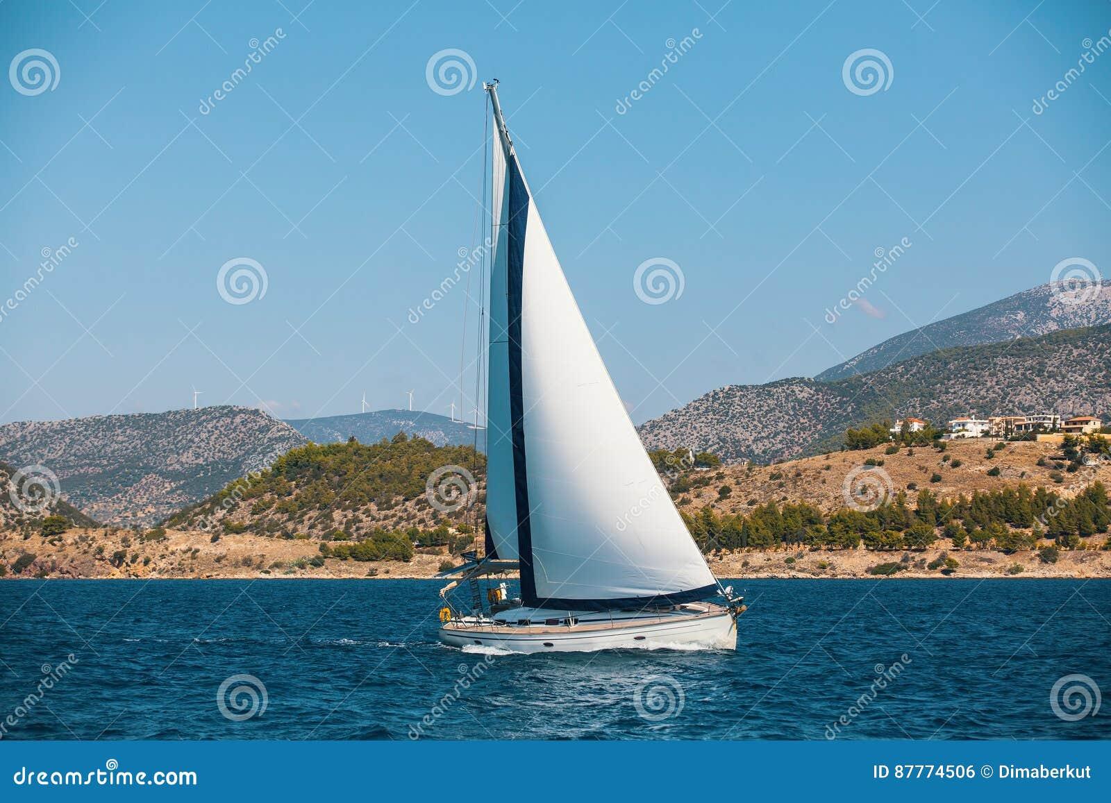 航行游艇在海 豪华