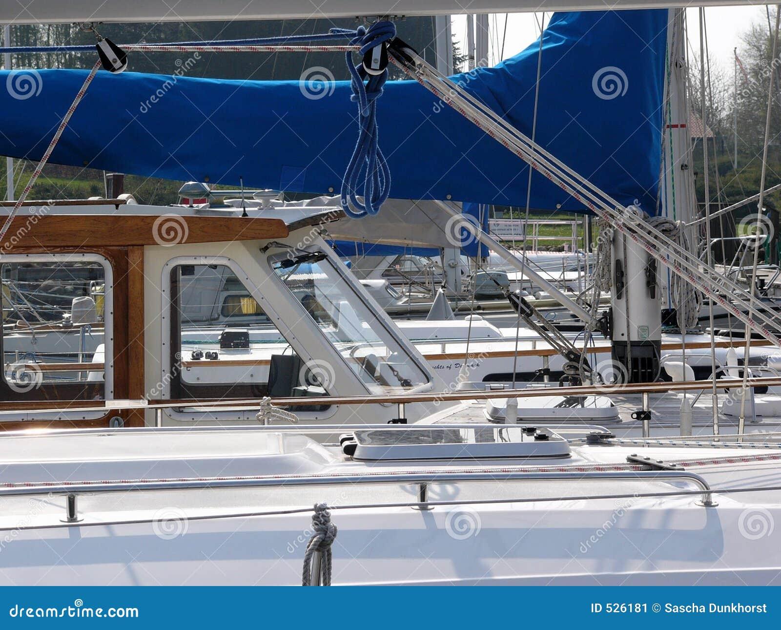 Download 航行 库存图片. 图片 包括有 晴朗, 绳索, 豪华, 富有, 夏天, 空白, 体育运动, 视图, 镀铬物, 甲板 - 526181