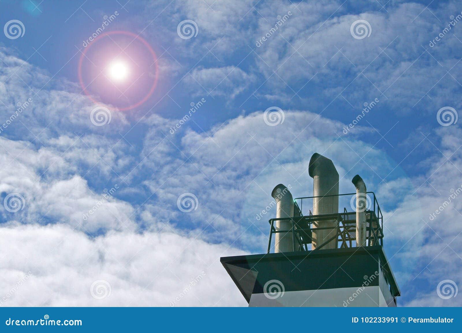 船烟囱有增加的透镜火光的