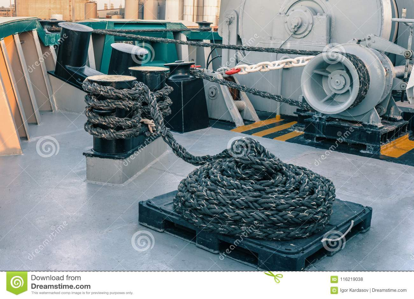 船的停泊设备 系泊缆是快速的在系船柱、起锚机和绞盘