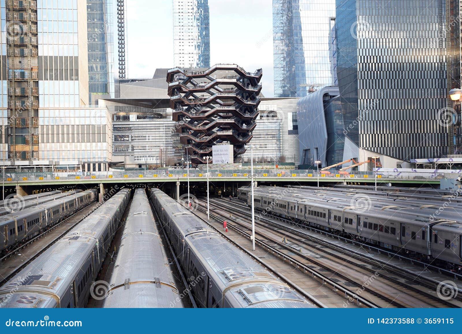 船TKA,一部螺旋形楼梯,与铁路和火车在前面,后边skycrappers,哈德森围场,曼哈顿的西边,NY