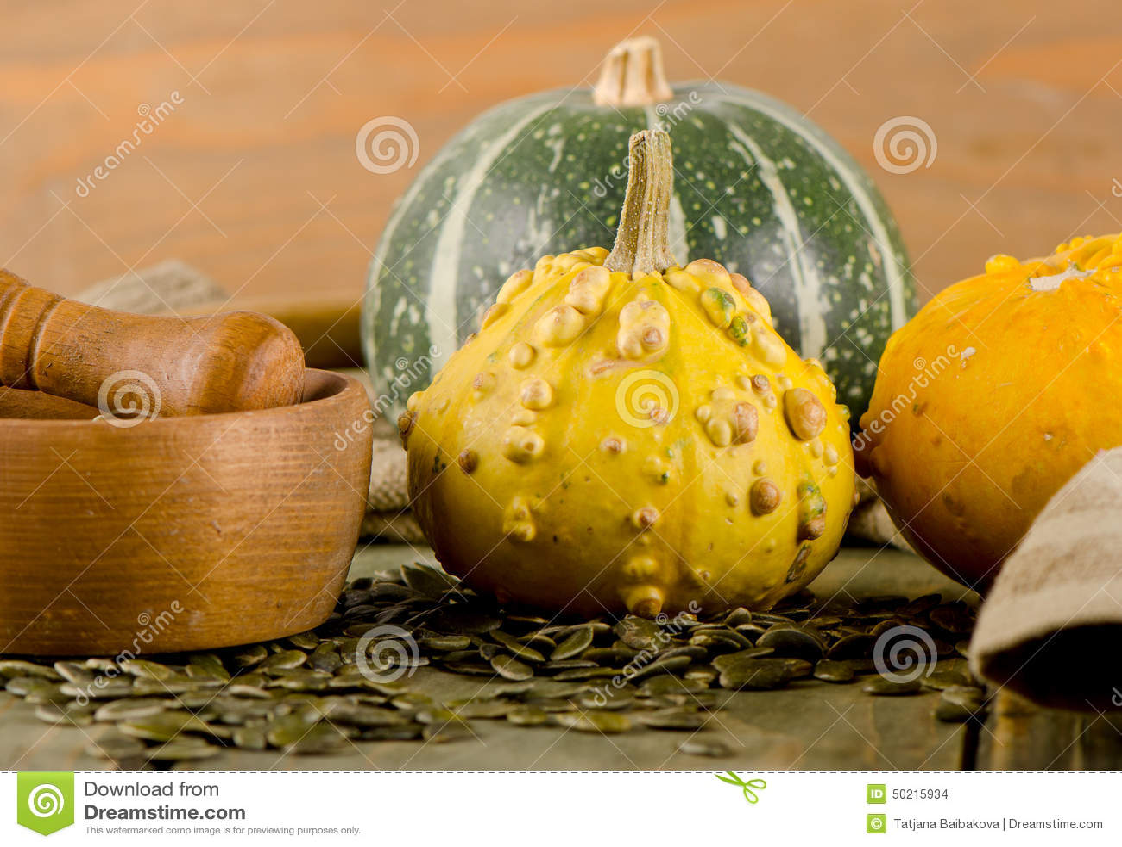 黄色影片种子_黄色和绿色南瓜和种子在一张木桌上 库存照片. 图片 包括有 黄色 ...