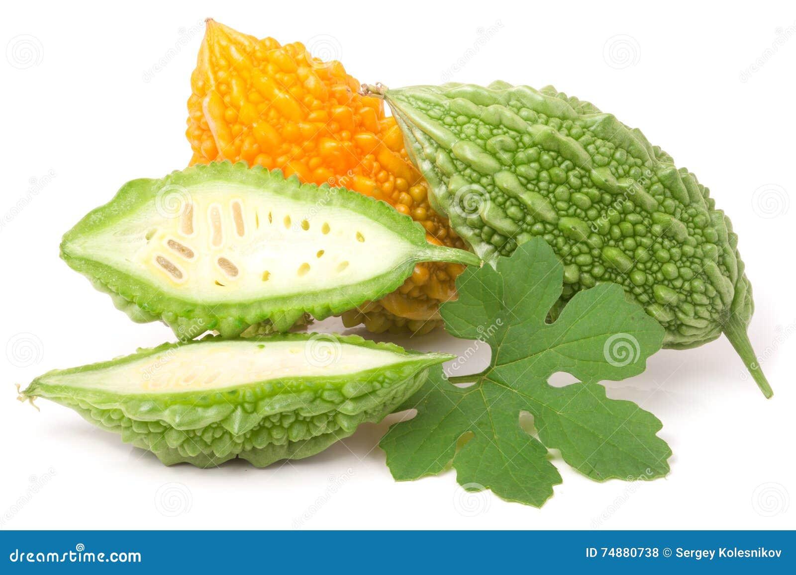绿色和黄色苦瓜属或karela在白色背景