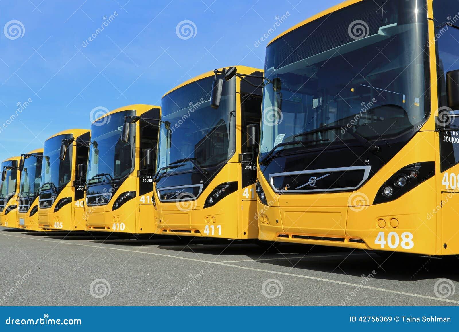 黄色富豪集团行8900辆城市间的公共汽车
