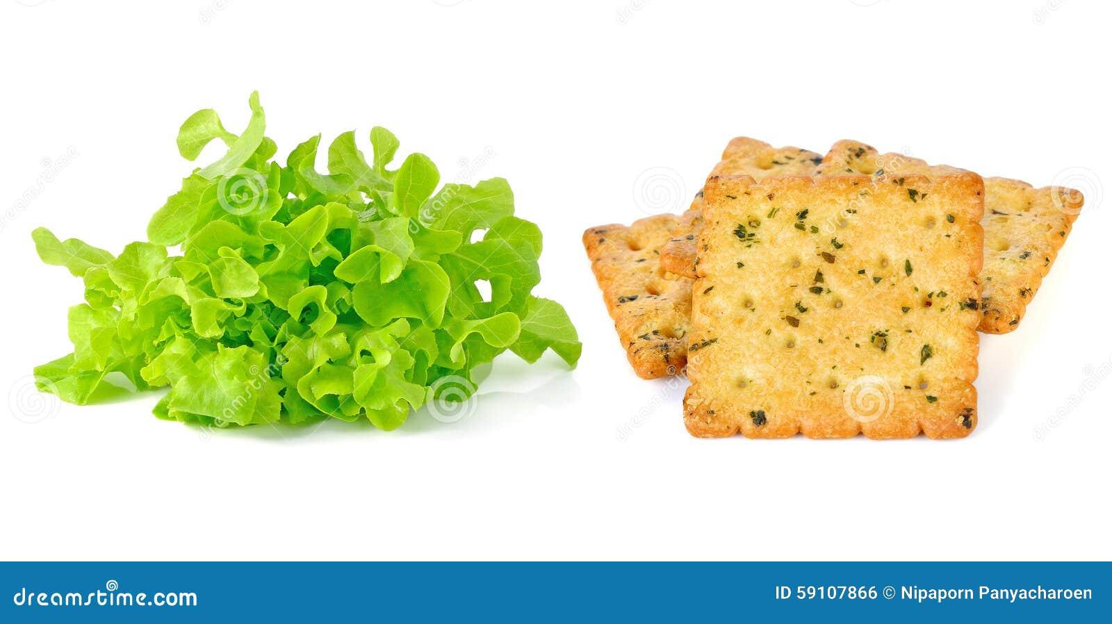 绿色散叶莴苣和薄脆饼干