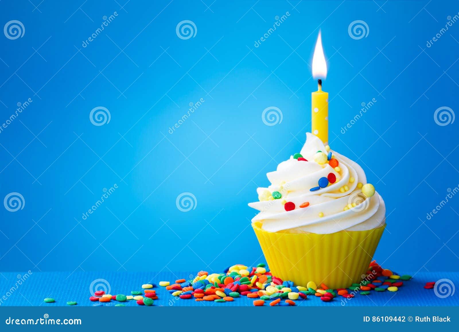 黄色生日杯形蛋糕
