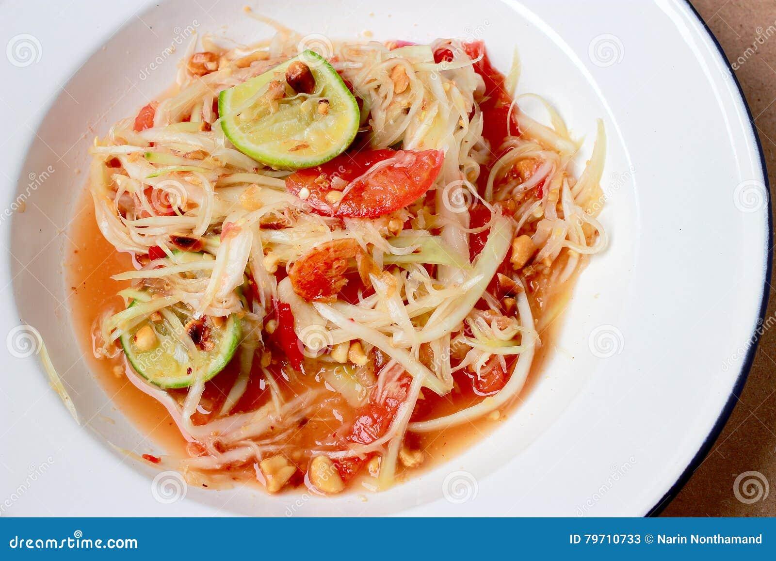 绿色番木瓜沙拉& x28; 索马里兰胃Thai& x29;在桌上 泰国烹调辣可口