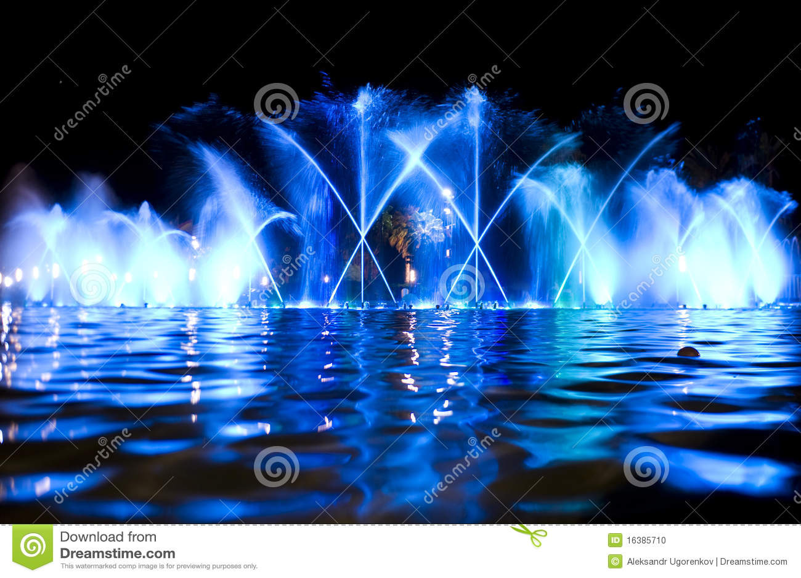 色的喷泉晚上