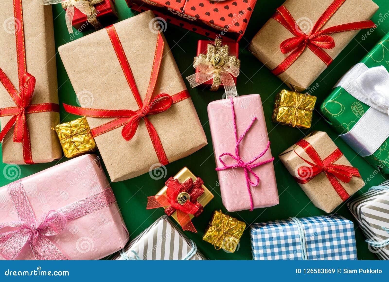 色的礼物盒顶视图有丝带的