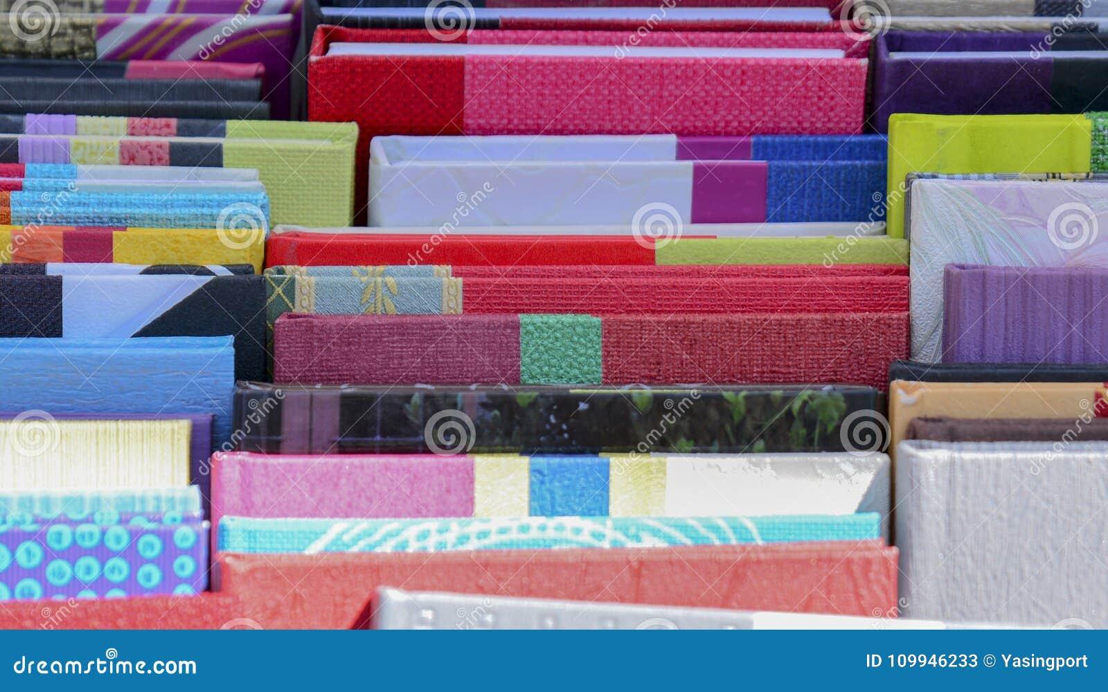 色的笔记本行在市场上