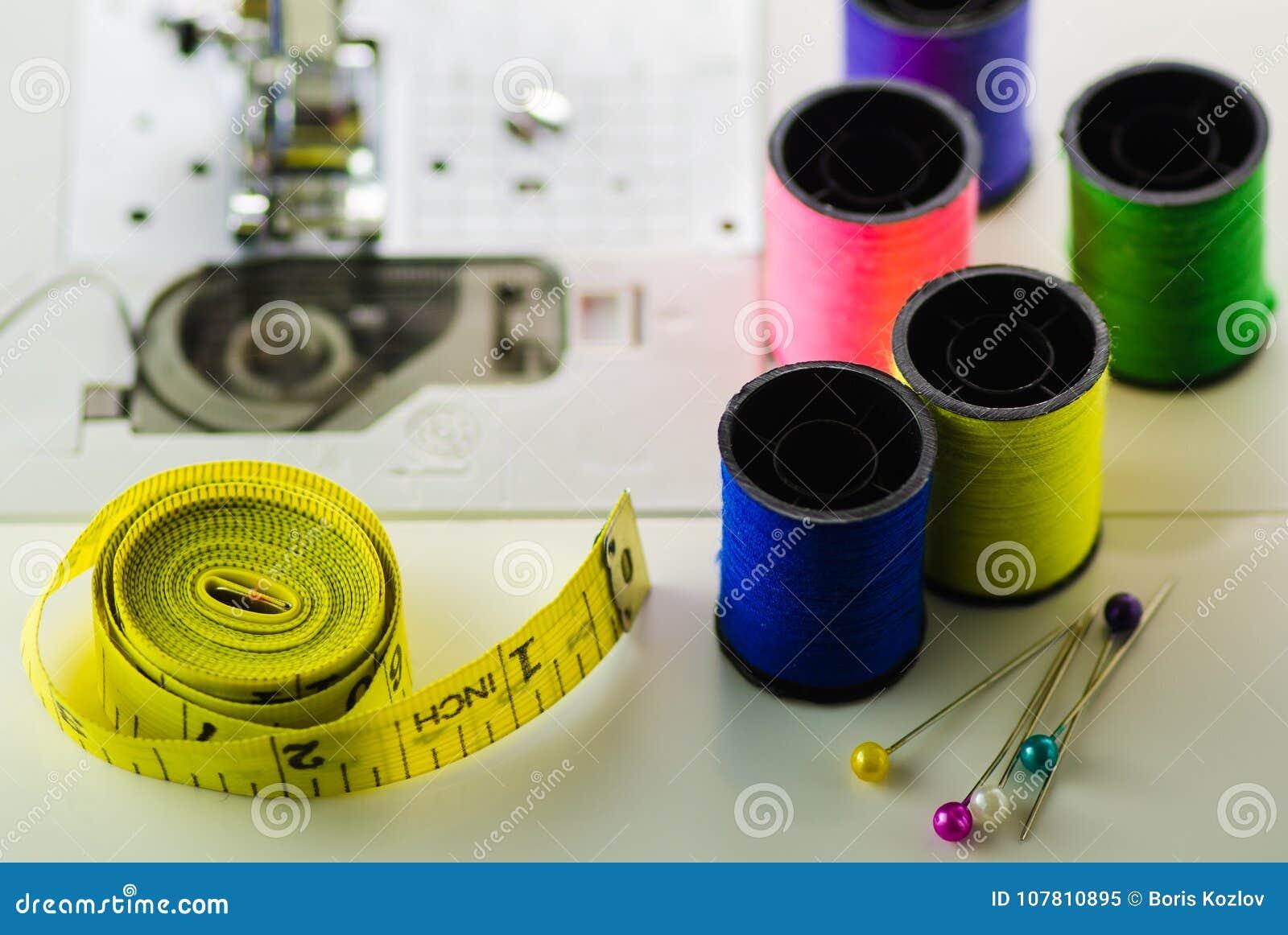 色的螺纹磁带,缝纫机特写镜头的针短管轴
