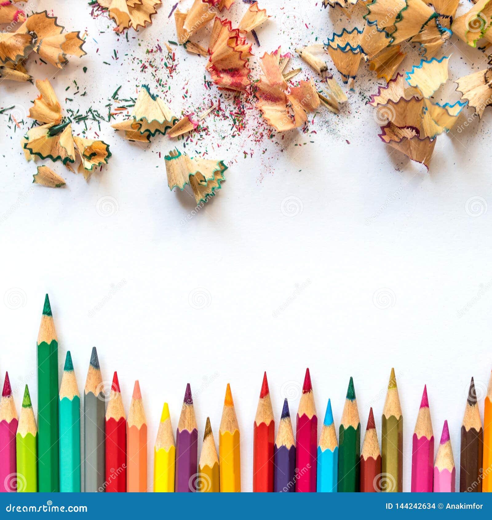 色的铅笔和铅笔刮脸行在纸
