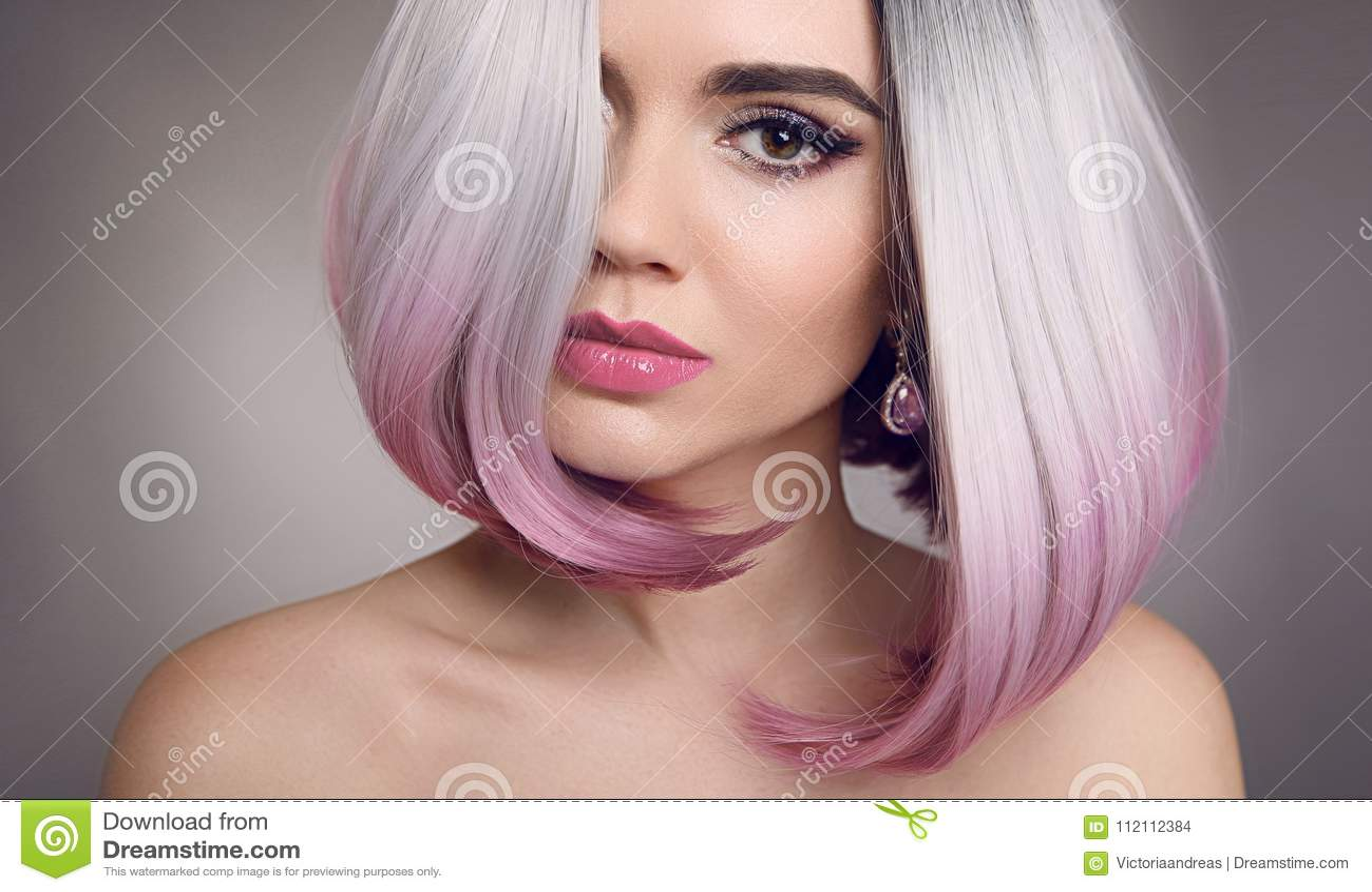 色的Ombre突然移动头发引伸 秀丽白肤金发的式样女孩与