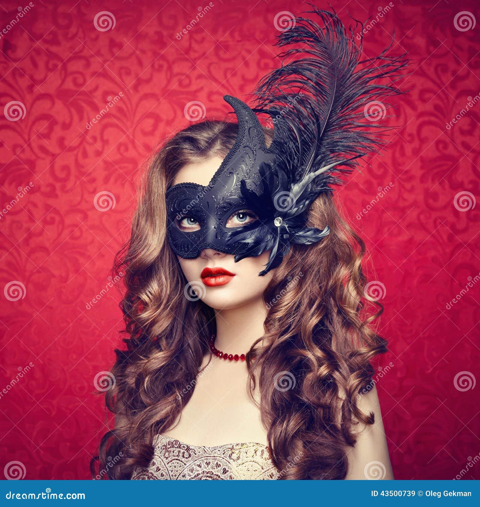 黑色神奇威尼斯式屏蔽的美丽的少妇