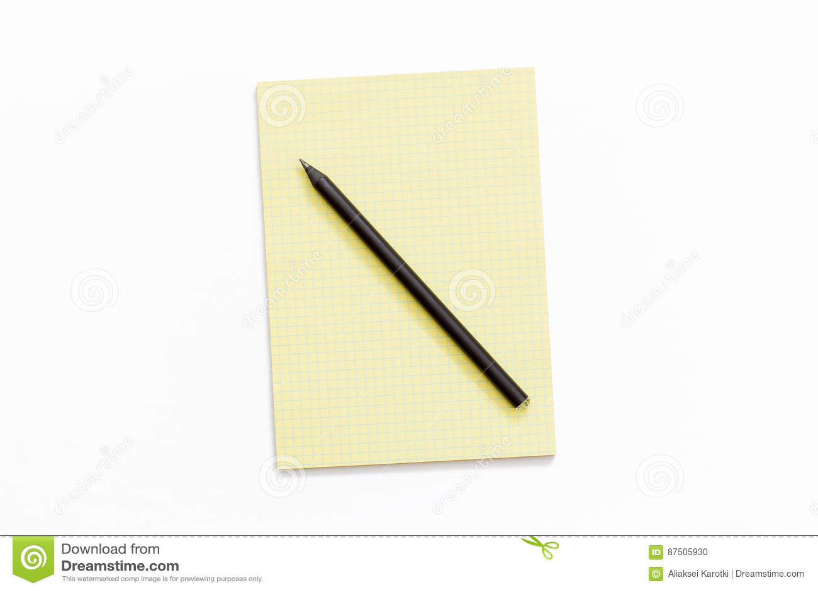 黄色笔记薄和铅笔在白色背景