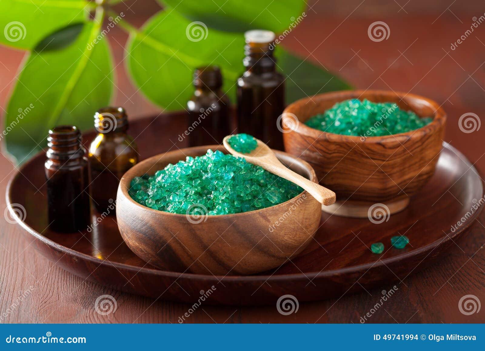 绿色草本盐和精油健康温泉浴的