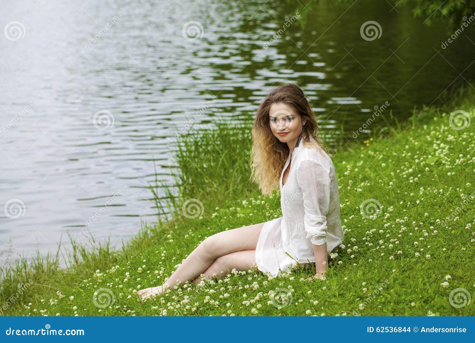 绿色草甸的年轻白肤金发的妇女