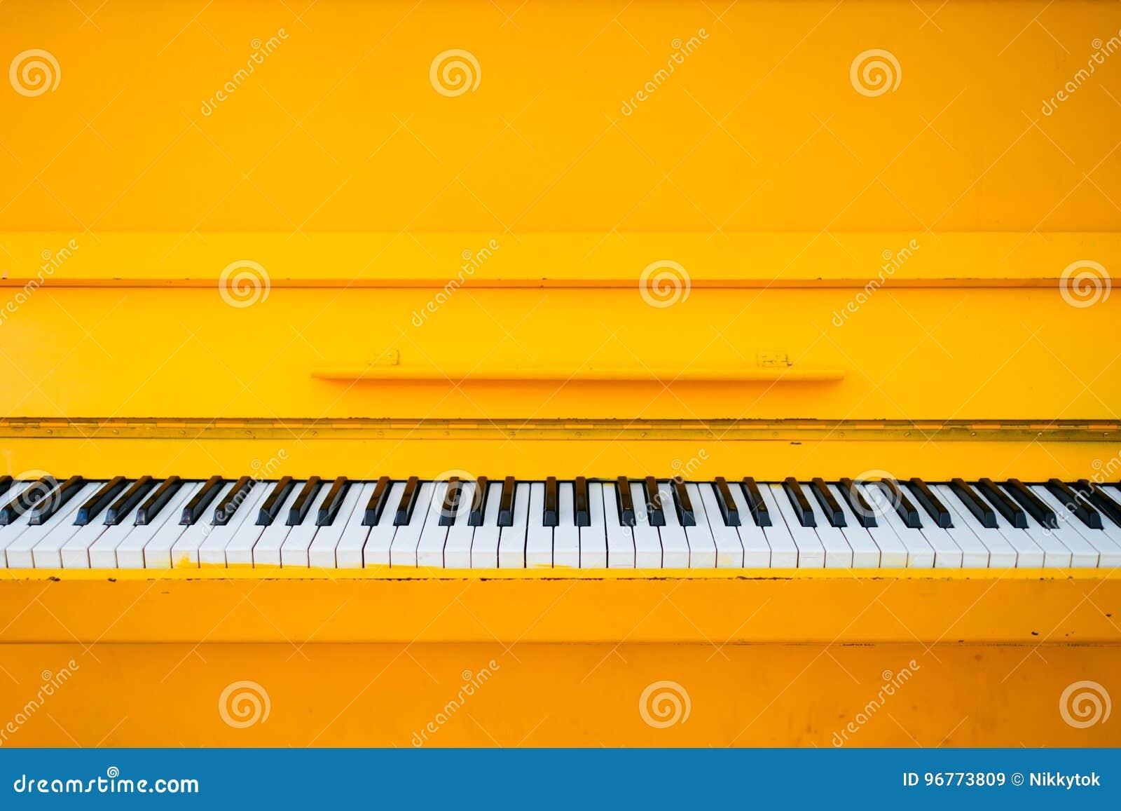 黄色葡萄酒钢琴