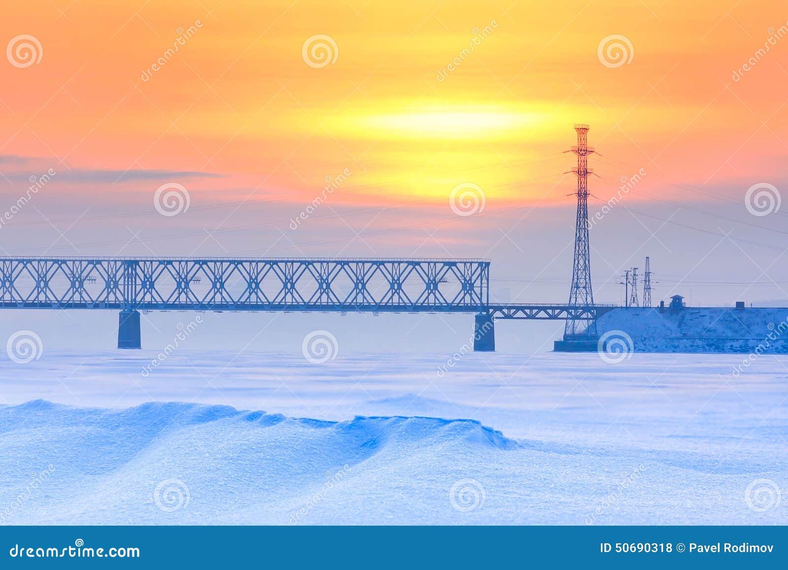 Download 绿色铁路桥 库存照片. 图片 包括有 本质, 室外, 天空, 横向, 摄影, 薄雾, 阳光, 冻结, 旅行 - 50690318