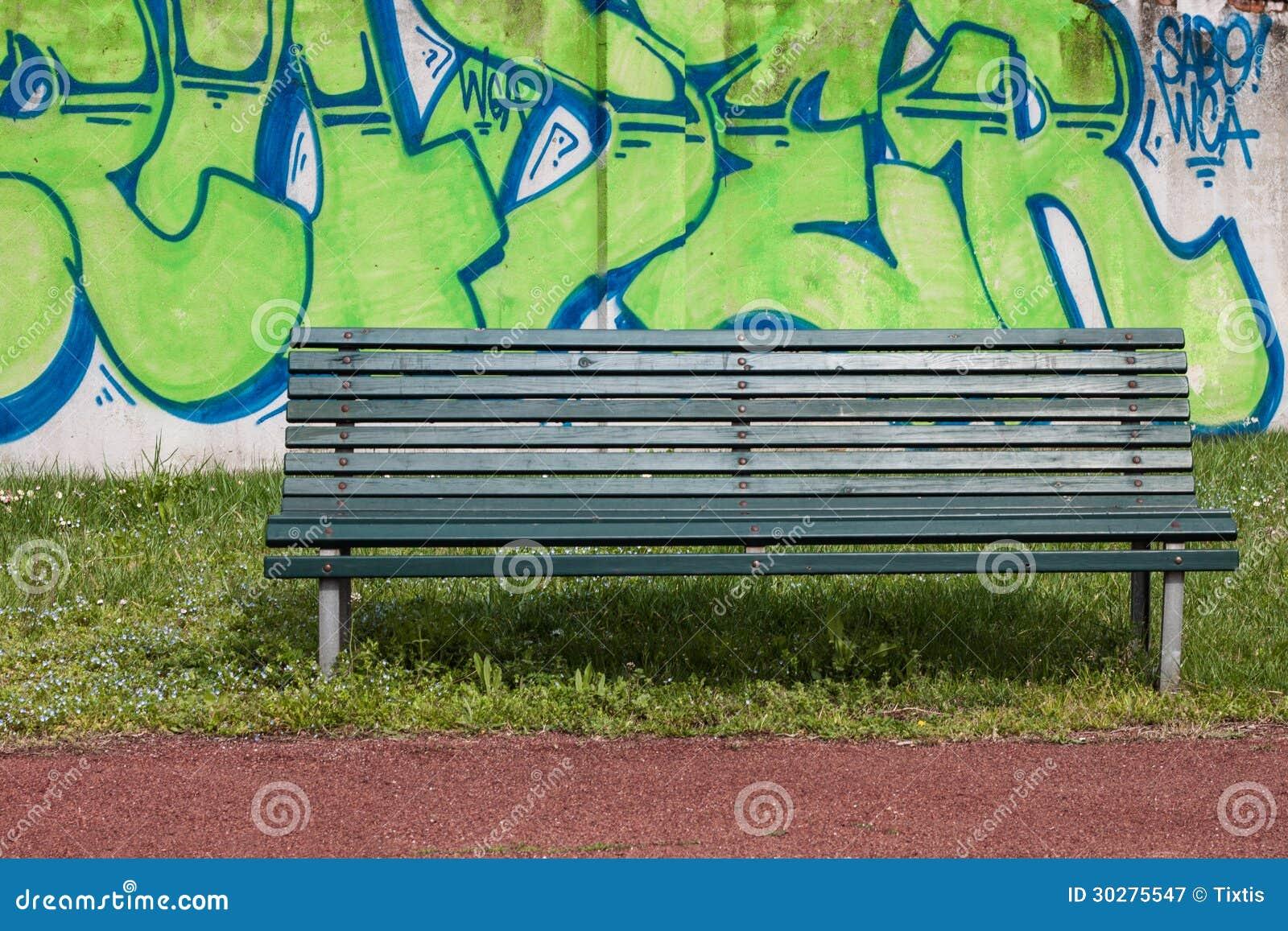 与街道画的绿色长凳在背景