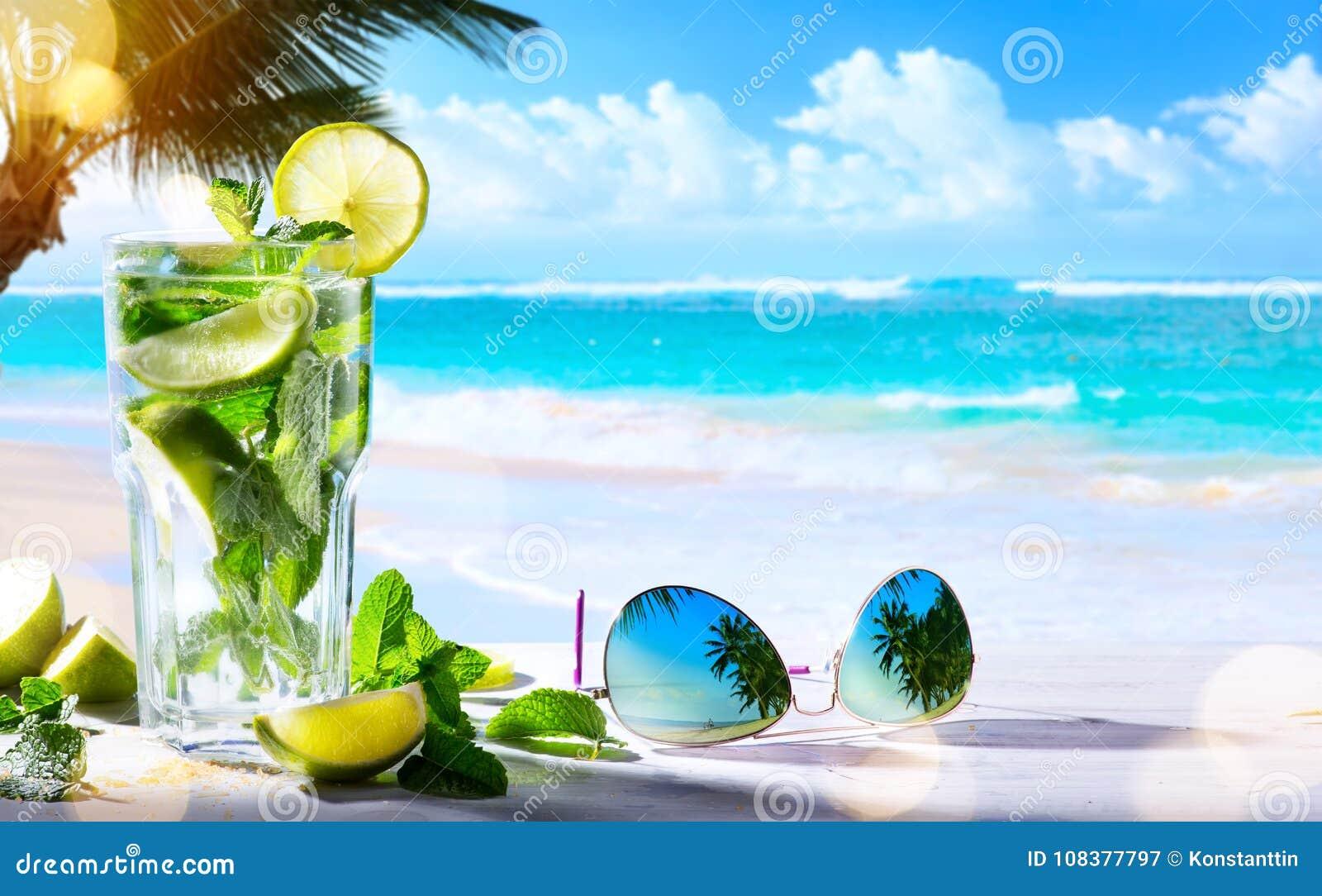 艺术夏天热带海滩酒吧;mojito鸡尾酒饮料