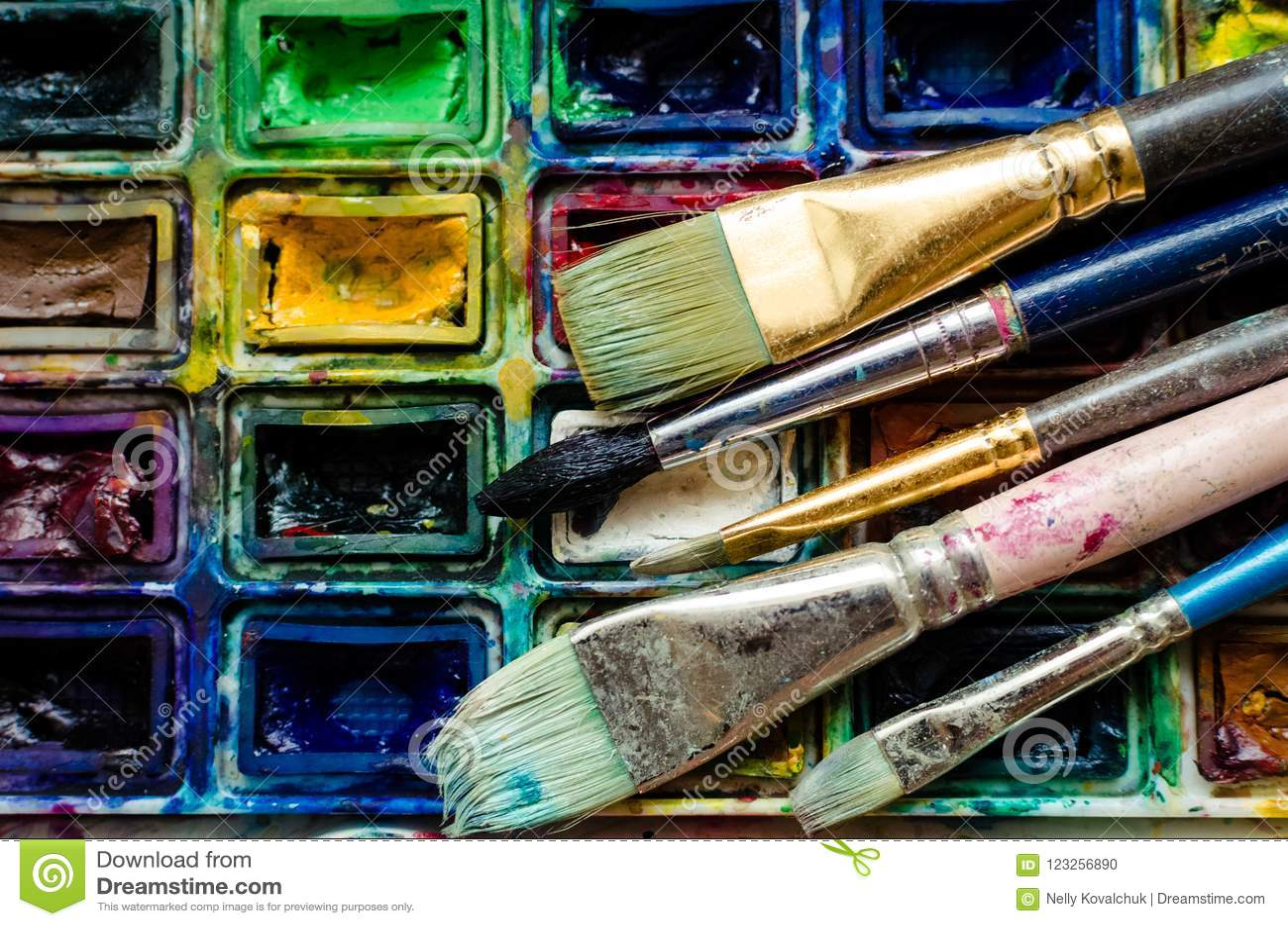 艺术家画笔和水彩绘具箱