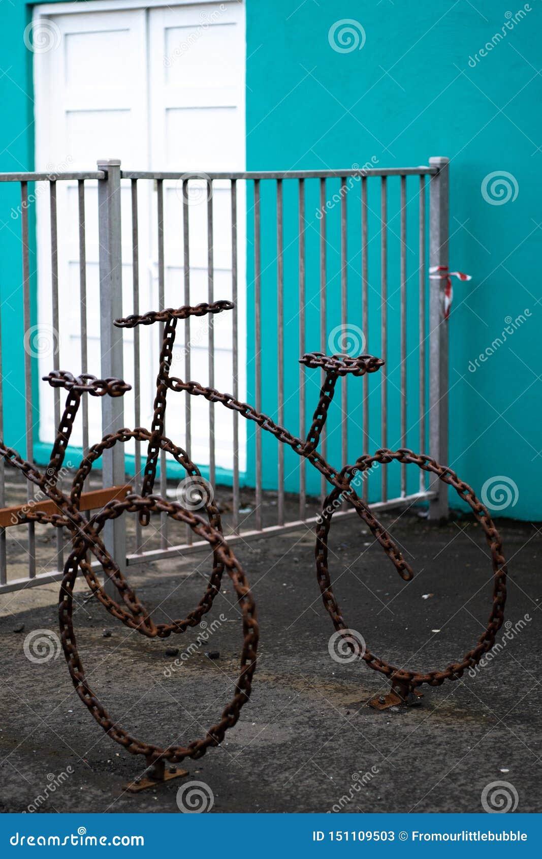 艺术性的自行车行李架由链子做成