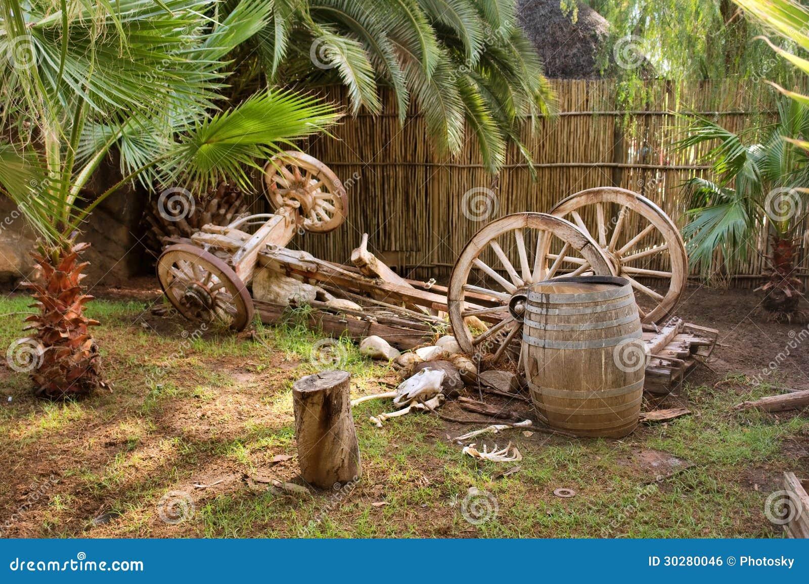 艺术性的黄牛无盖货车构成在庭院里