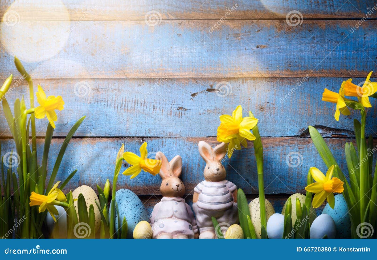 艺术愉快的复活节天;家庭复活节兔子和复活节彩蛋