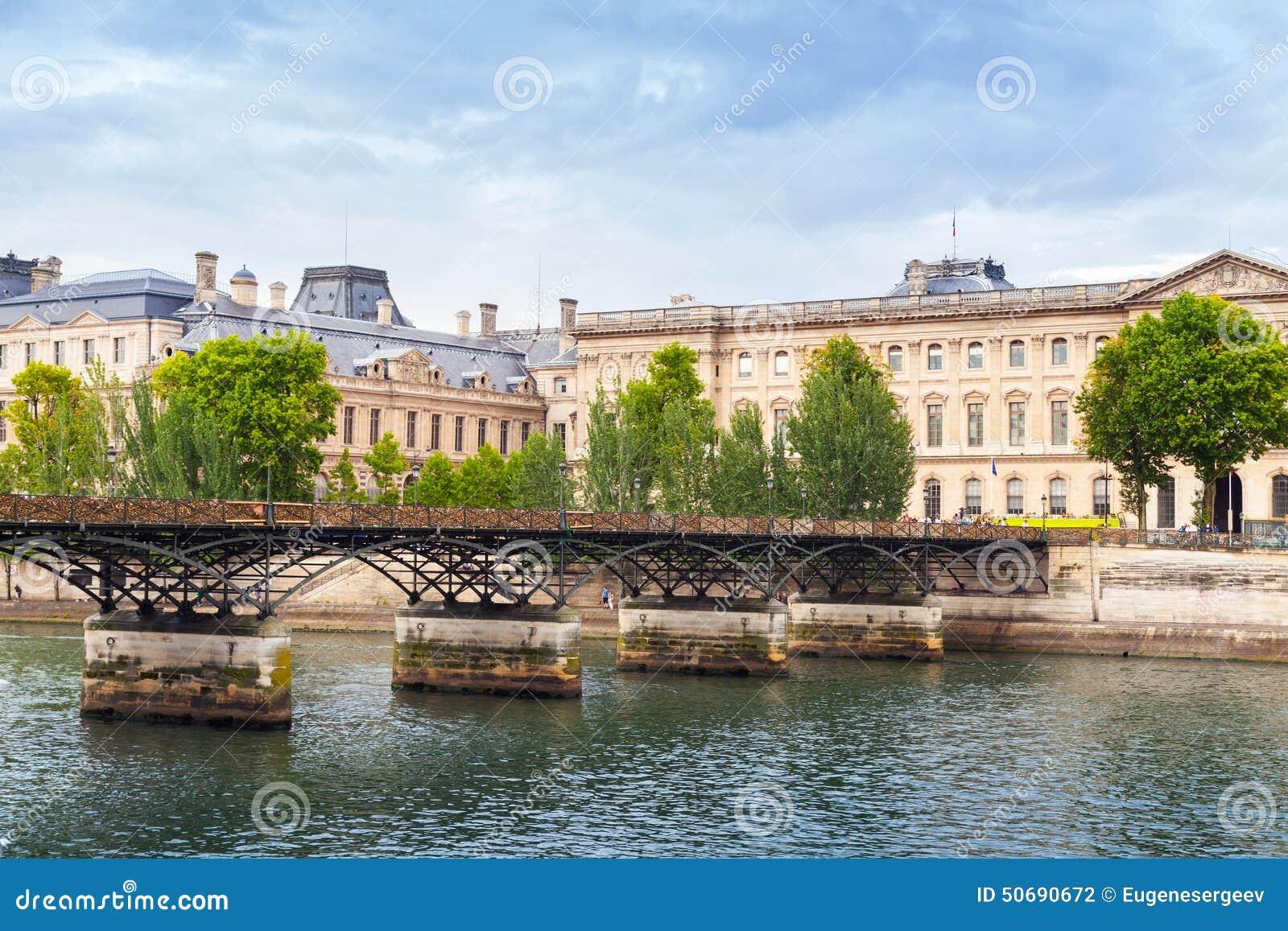 Download 艺术桥,在河塞纳河的桥梁在巴黎 库存照片. 图片 包括有 博物馆, 遗产, 宫殿, 葡萄酒, 天窗, 法国 - 50690672