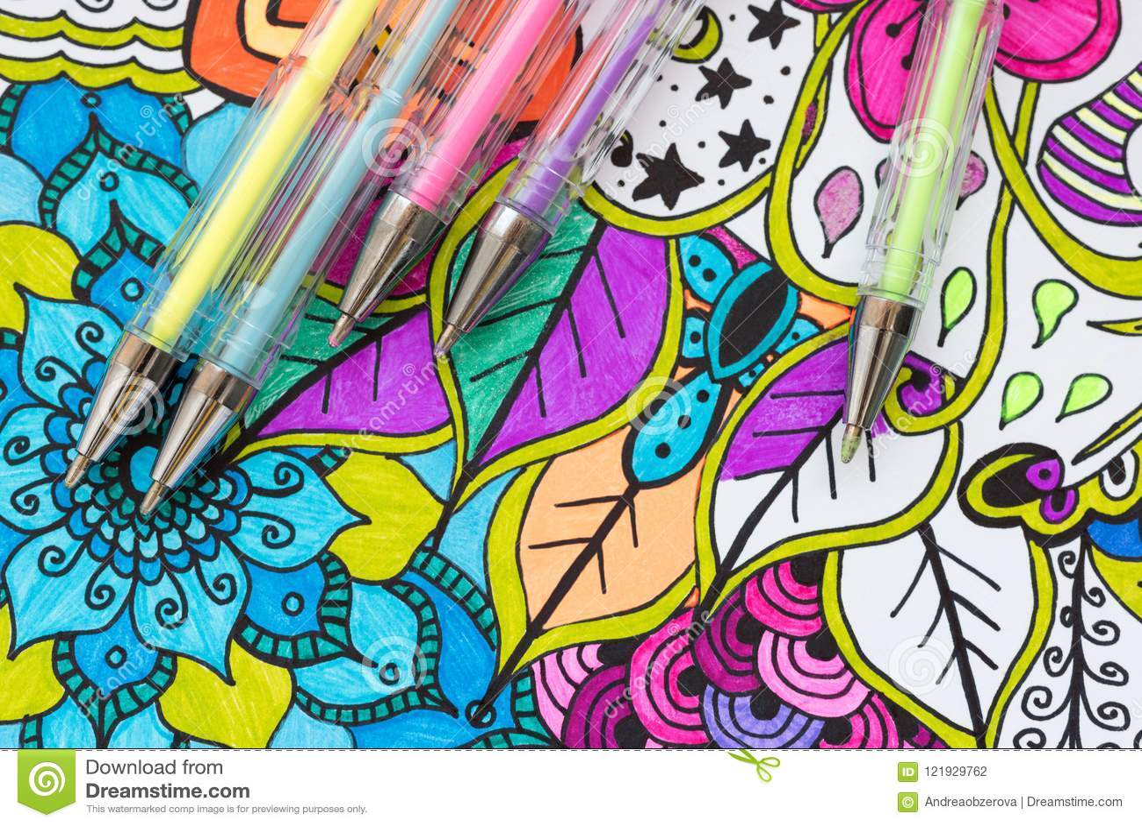 艺术疗法、精神健康、创造性和留心概念 与柔和的淡色彩的成人着色页上色了胶凝体笔,平的位置
