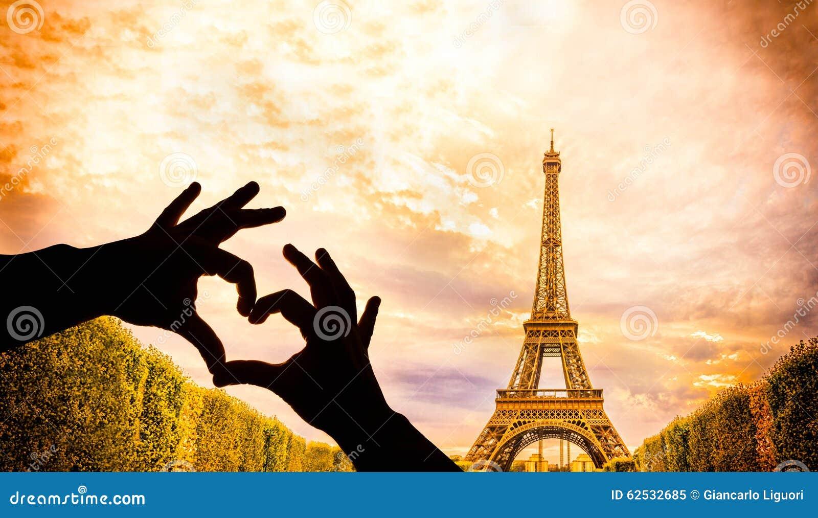 艾菲尔铁塔和手在心脏塑造