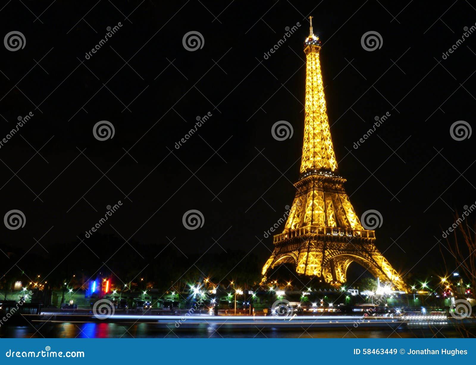 艾菲尔铁塔在与塞纳河的反射的晚上