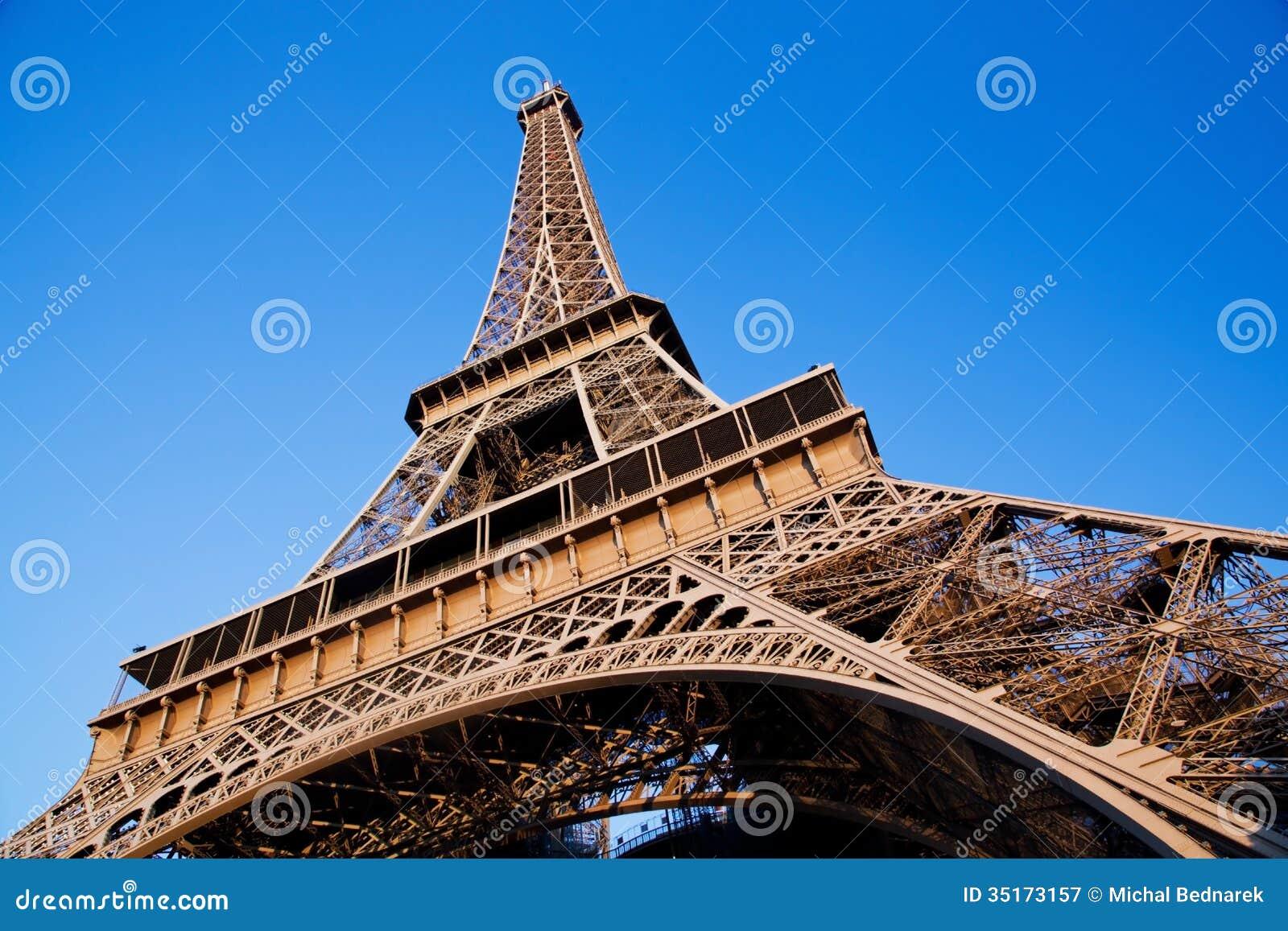 广角的艾菲尔铁塔.蓝色晴朗的天空.巴黎,法国.