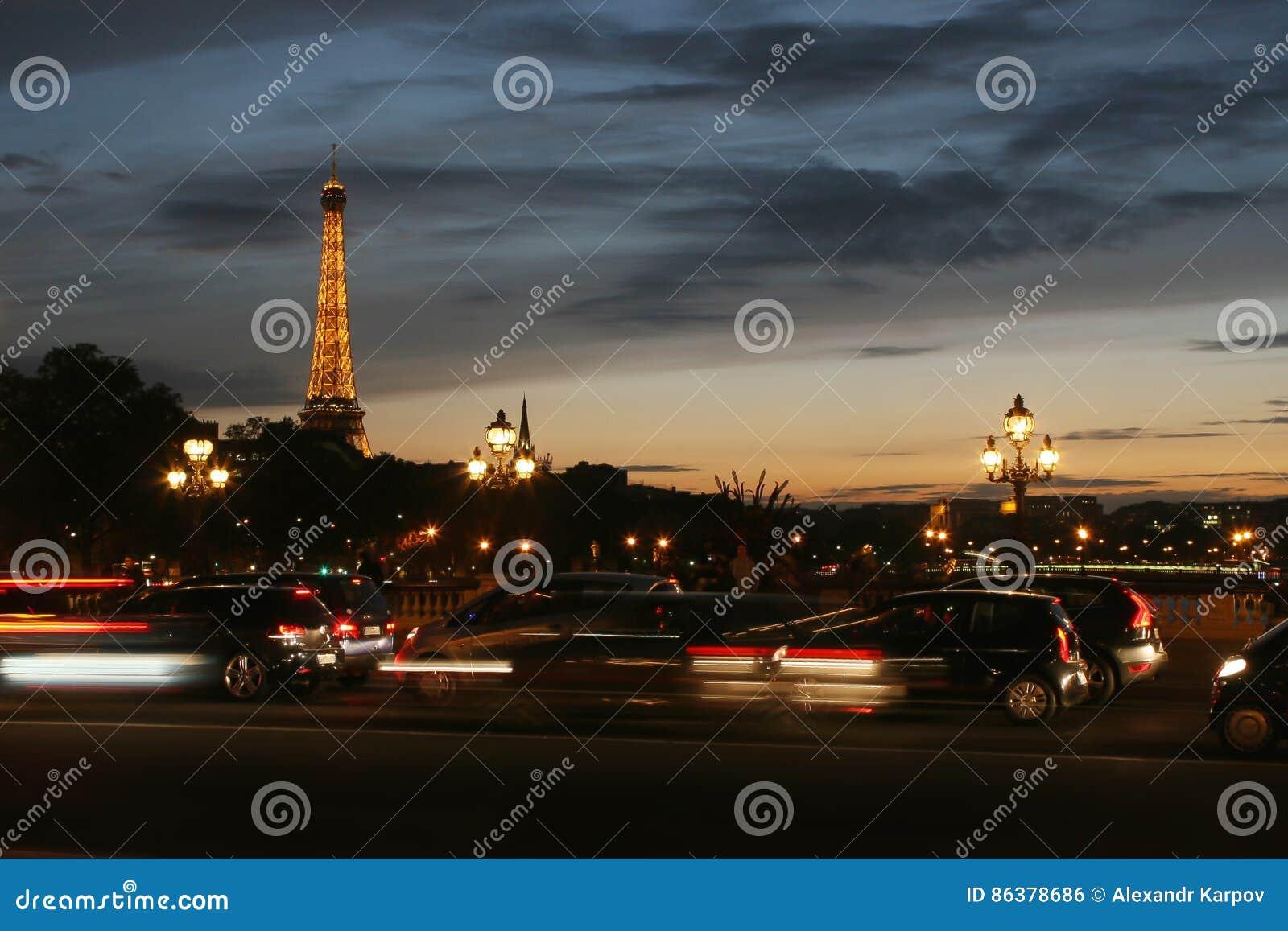 艾菲尔铁塔,从Pont亚历山大lll观看的夜,在巴黎,法国 塔在晚上被照亮由20,000光