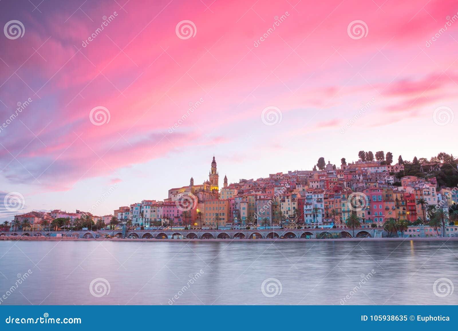 芒通市在晚上,法国海滨,在日落前的金黄小时