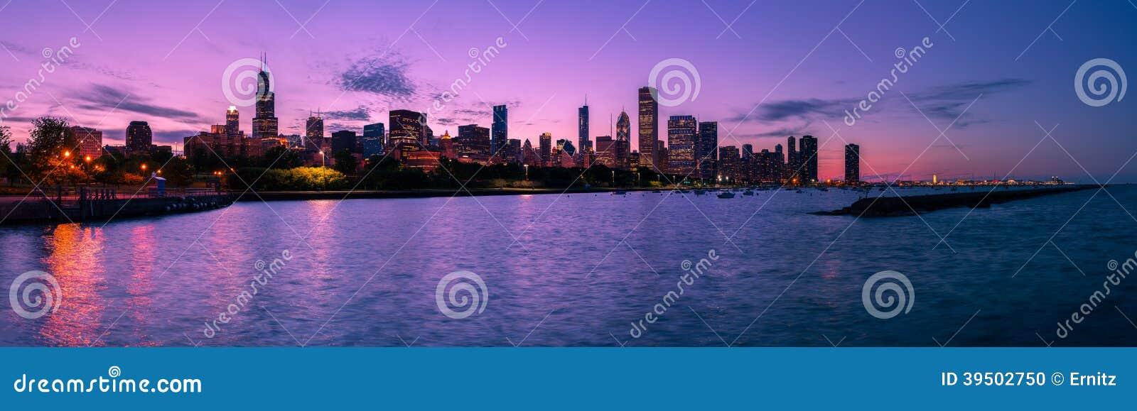 芝加哥地平线在晚上