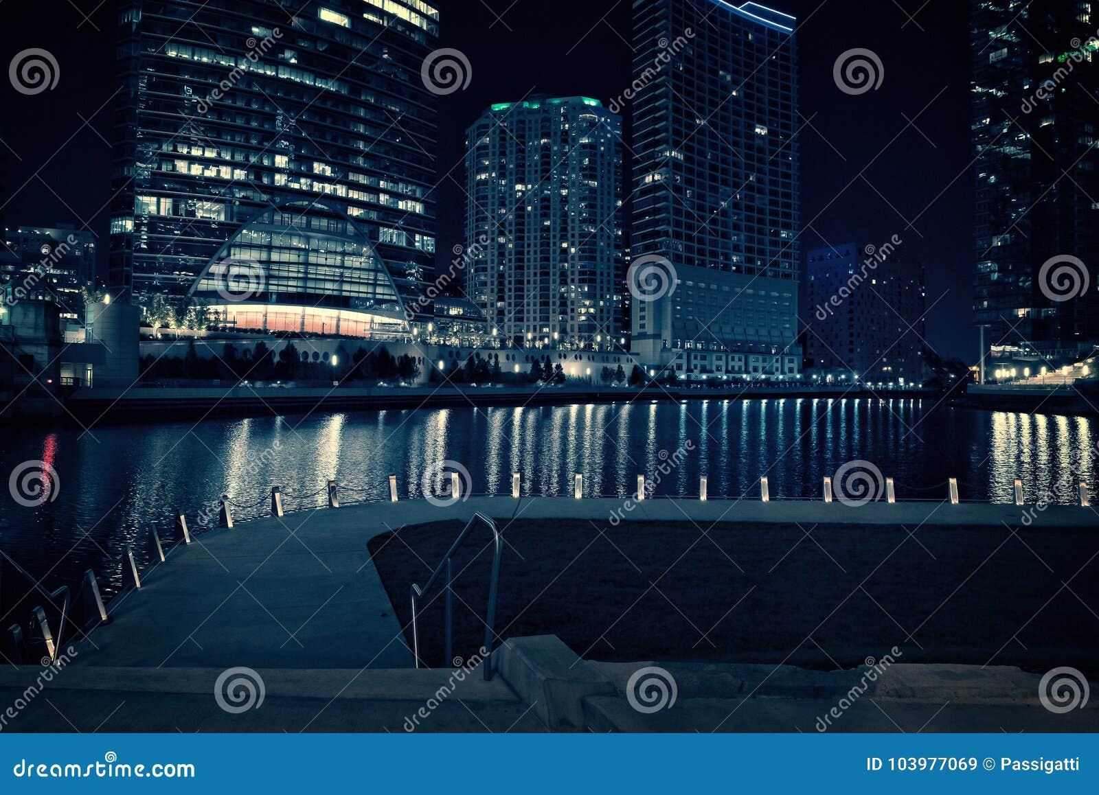 芝加哥市riverwalk散步在晚上