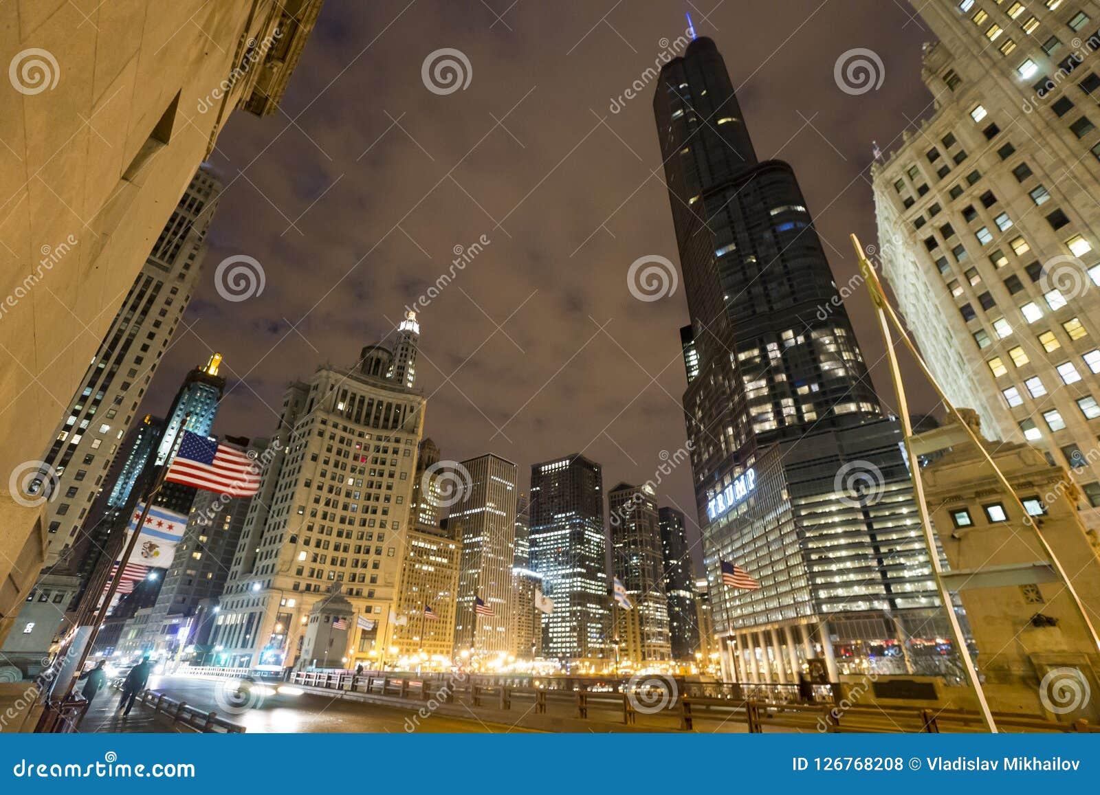 芝加哥街市在多云晚上