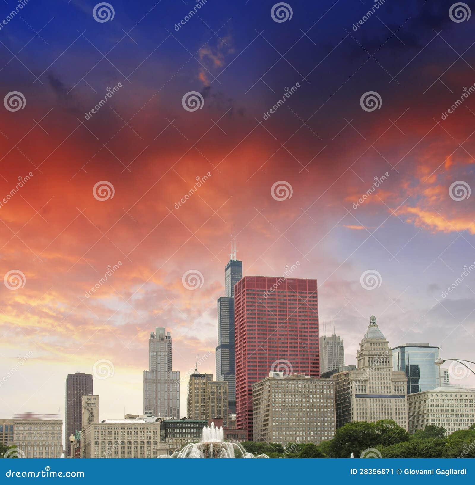 芝加哥,伊利诺伊。 在城市摩天大楼的美妙的天空颜色