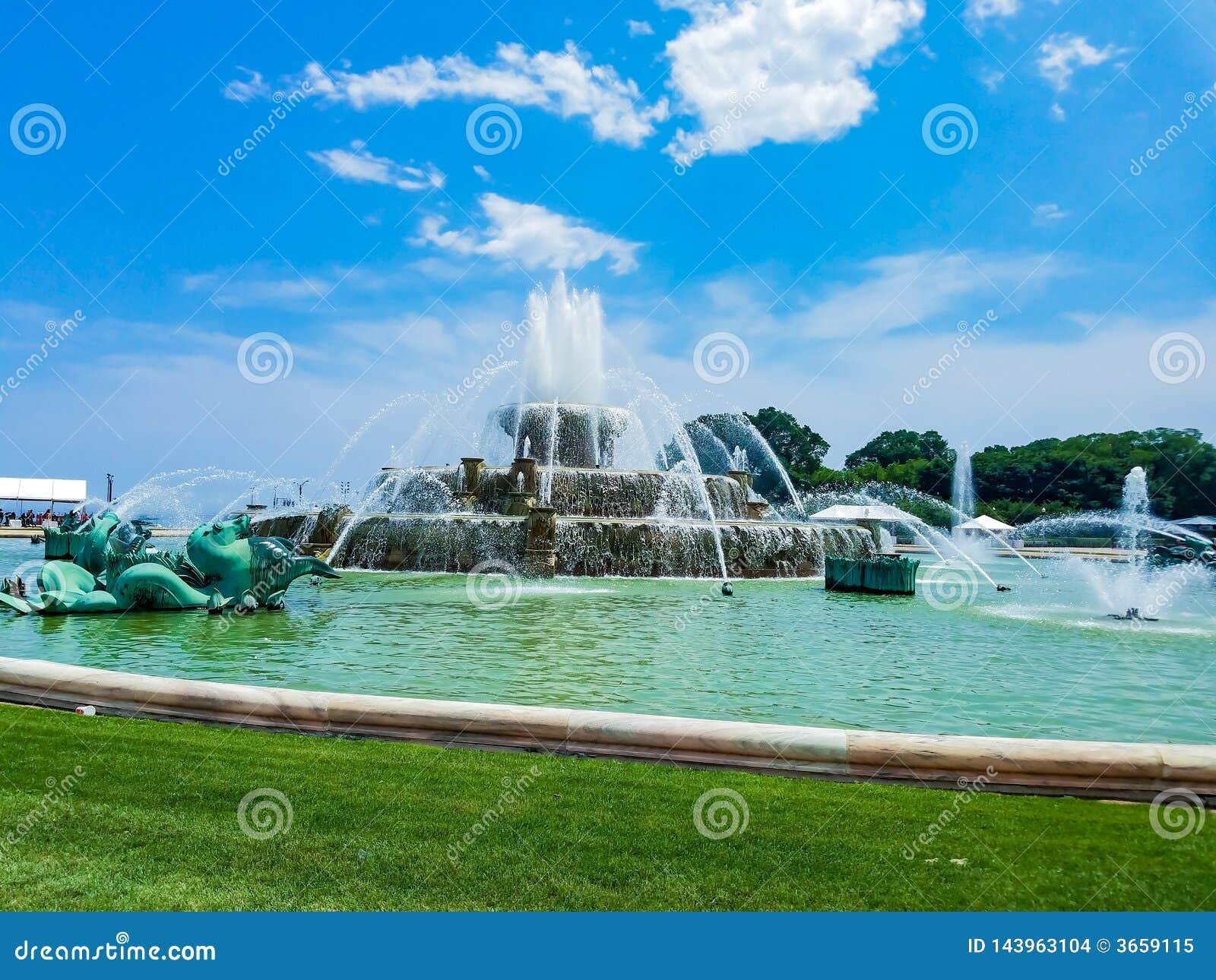芝加哥,伊利诺伊,美国 07 05 2018年:克拉伦斯镇白金汉喷泉在有天空蔚蓝的芝加哥在背景中