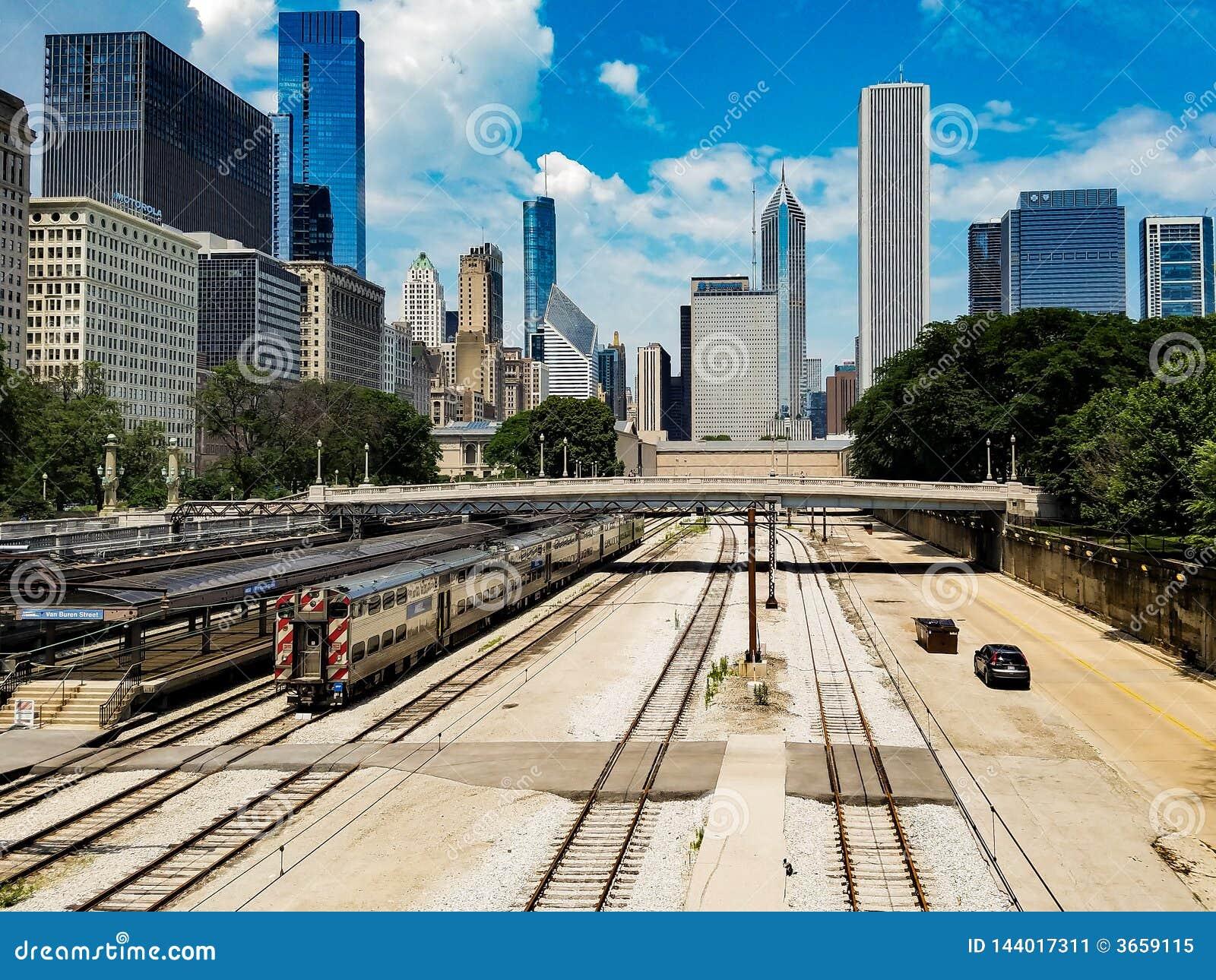芝加哥,伊利诺伊,美国 07 05 2018年 与火车的芝加哥风景在一条铁路和汽车在一条路在前面