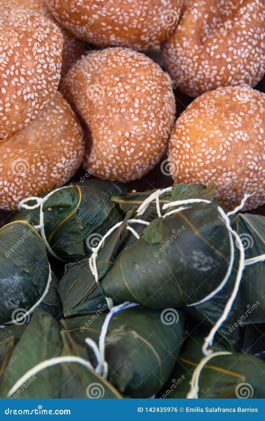 芝麻或在竹叶子、zongzi或者chimaki和米包裹的ludeui球,亚洲食物