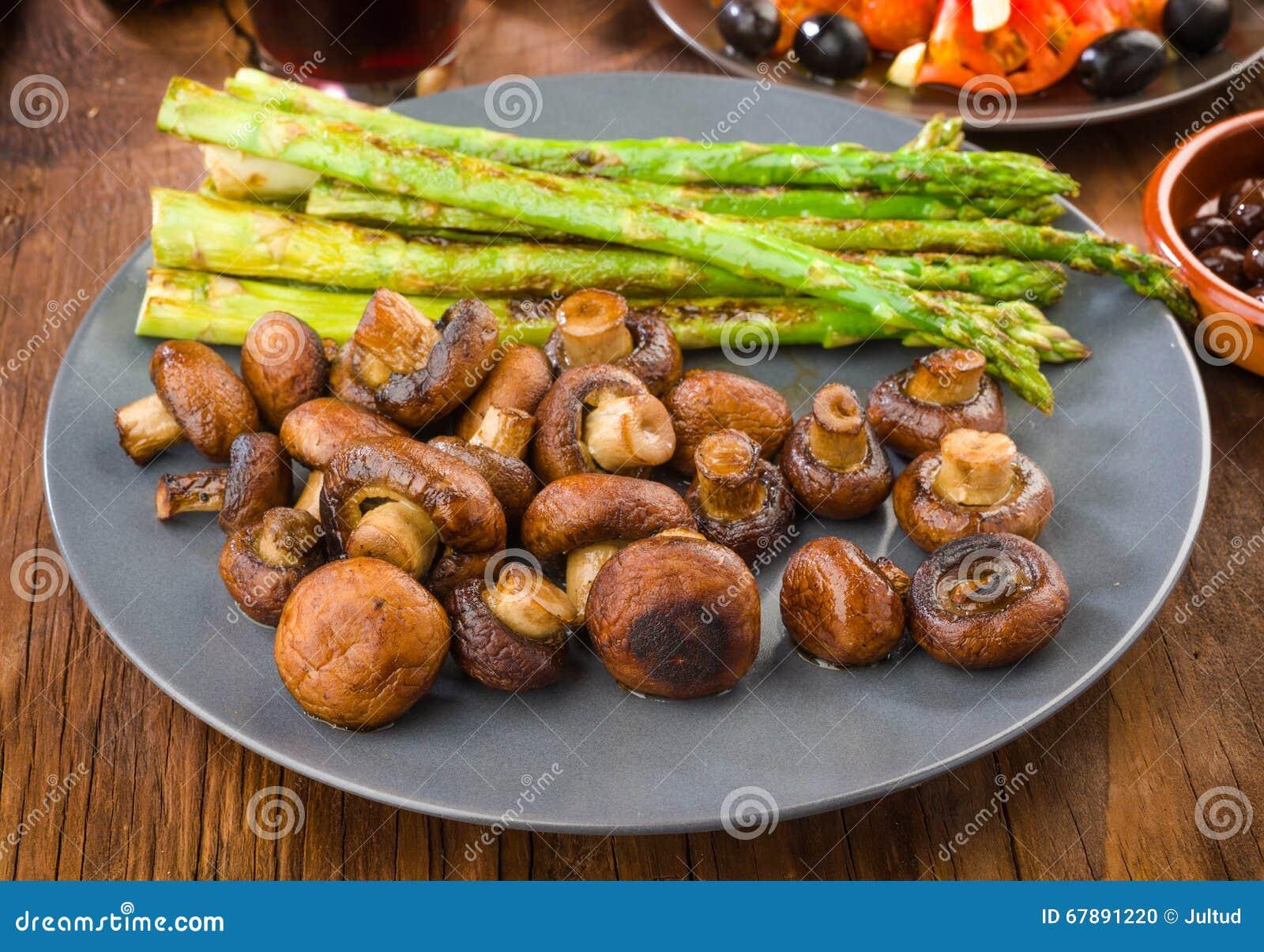 芦笋和蘑菇