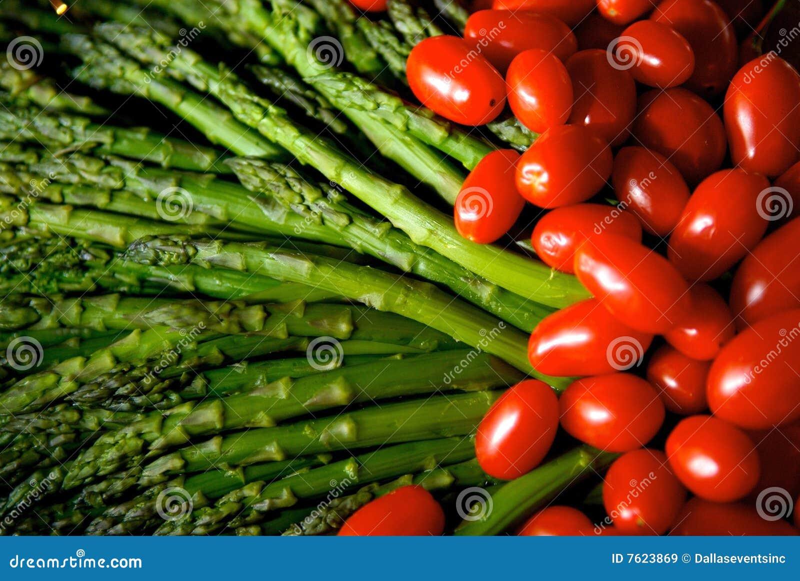 芦笋明亮地色的成熟蕃茄