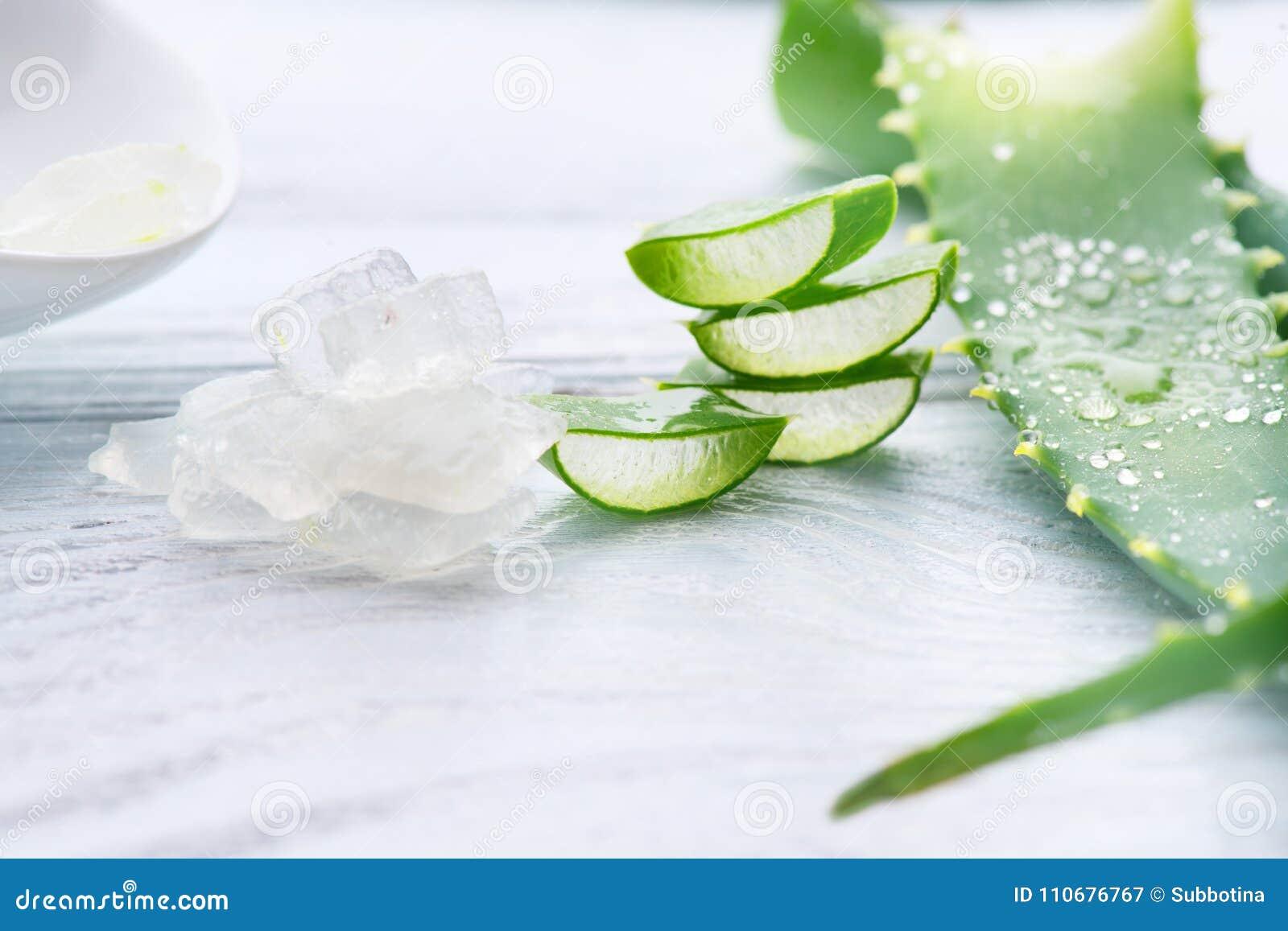 芦荟维拉胶凝体特写镜头 被切的Aloevera自然有机更新化妆用品,替代医学 有机skincare概念