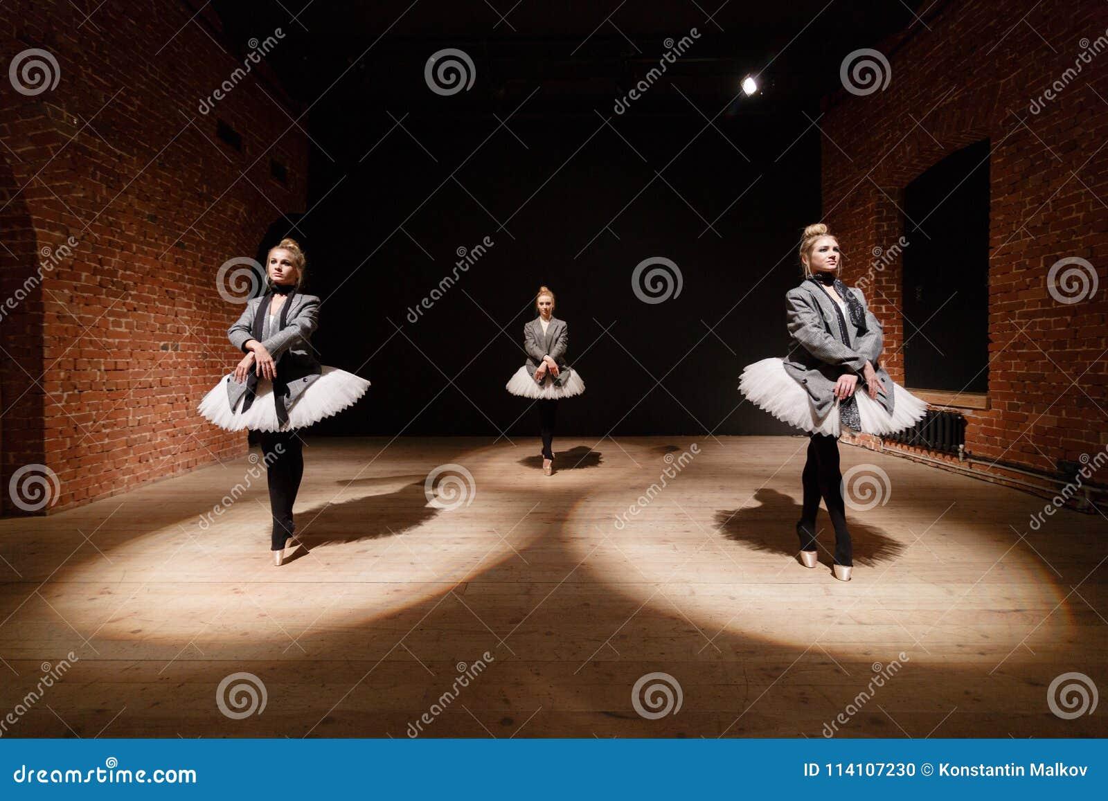 芭蕾概念 年轻芭蕾舞女演员女孩 排练的妇女在一件白色芭蕾舞短裙和一件灰色夹克 准备a