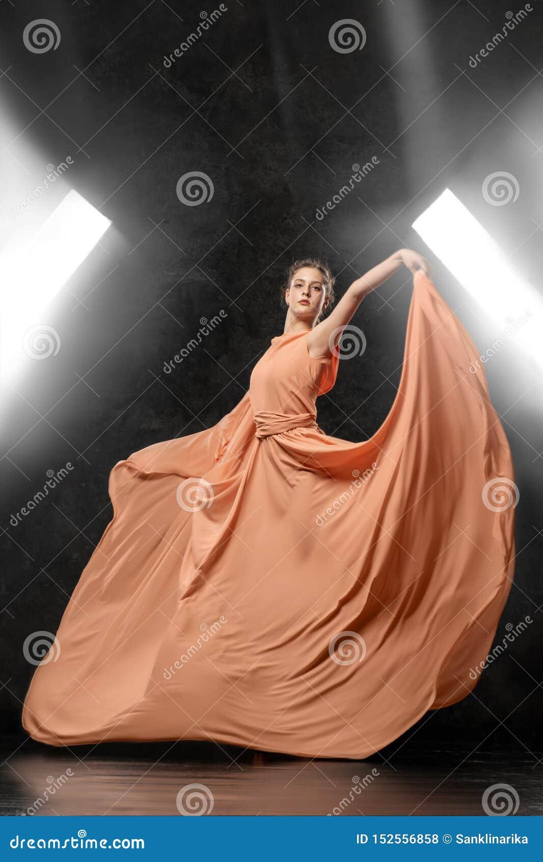 芭蕾舞女演员展示舞蹈技能 美好的经典芭蕾