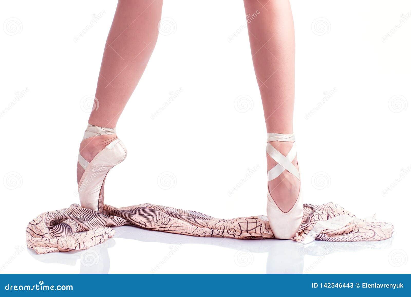 芭蕾舞女演员的脚在pointe和与在白色背景的丝绸围巾