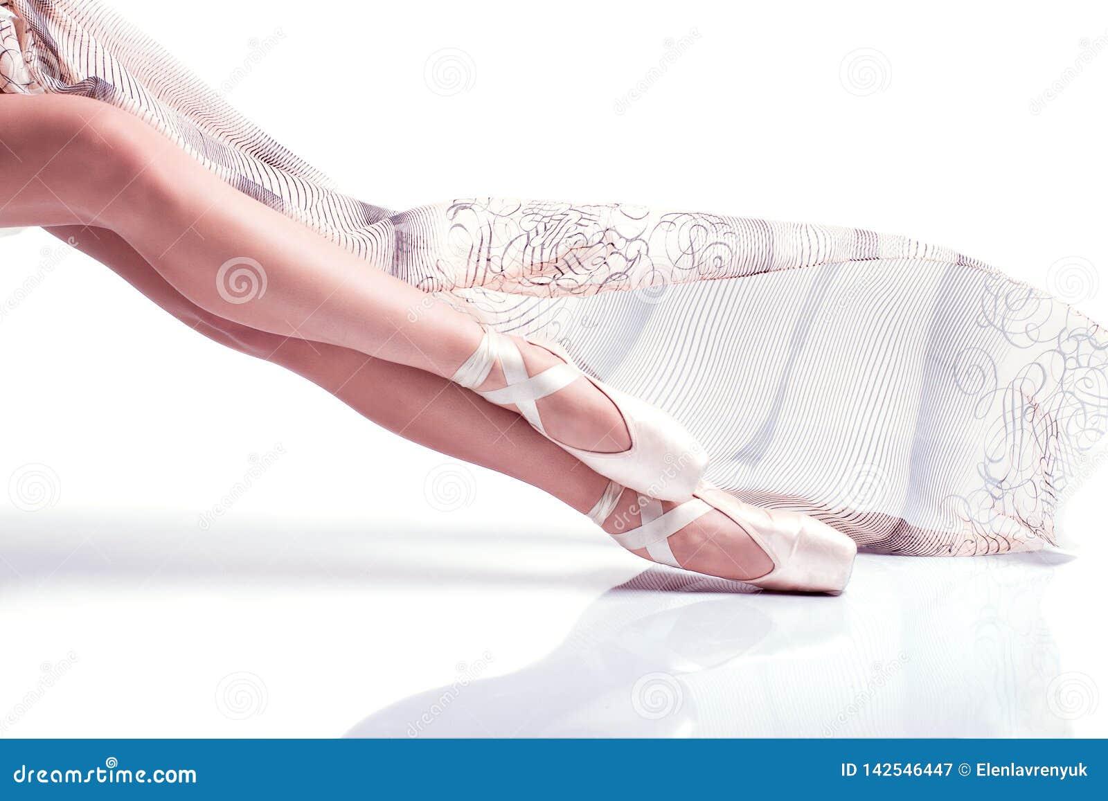 芭蕾舞女演员脚pointe和与在白色背景的丝绸围巾